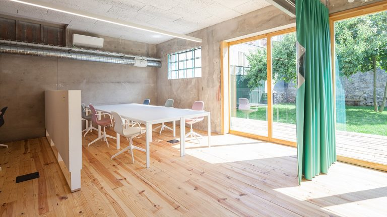 armazem-cowork-desks-with-garden-large-window