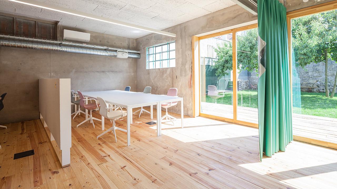 armazem-cowork-desks-with-garden-large-window